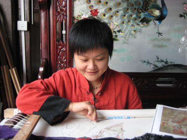 吴素莲,女,籍贯浙江乐清市,1948年出生,2006年2月被授予杭州市工艺美术大师荣誉称号。吴素莲生长在一个民间艺人之家,从小随父学艺,传承和发展了民间剪纸艺术。2007年,她在杭州市建立工艺美术大师吴素莲剪纸艺术工作室,并被浙江省旅游职业技术学院等聘任为客座教授,现任浙江省剪纸研究会常务理事,中华民族文化促进委员会剪纸艺术委员会会员等职务。